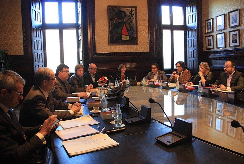 17 nov 2015 la mesa del parlament rep la provid ncia del for Mesa parlament