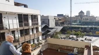 La Josefina i el Josep, veïns del carrer del Carme, observen la plaça de la Gardunya des del seu balcó Foto:ORIOL DURAN