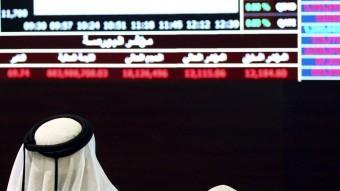 Un inversor repassa les cotitzacions de la borsa de Doha, al Qatar Foto:NASEEM ZEITOON / REUTERS
