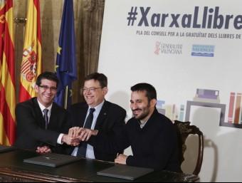 Firma del conveni XarxaLlibres entre Diputació de València i Generalitat. Foto:ARXIU