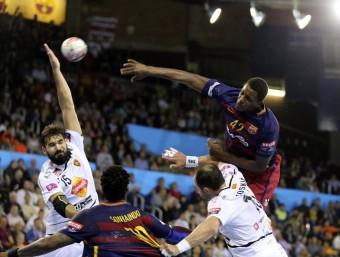 Wael Jallouz, llançant per sobre de l'internacional Maqueda en el Barça-Vardar jugat al Palau Blaugrana Foto:QUIM PUIG