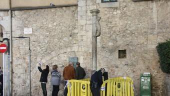 La policia municipal ha barrat el pas a la columna on dissabte va caure el turista. Foto:ACN
