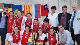 El conjunt del Teià amb el trofeu de campió