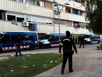 A la Mina els agents van practicar escorcolls en alguns dels blocs més polèmics. Foto:ACN