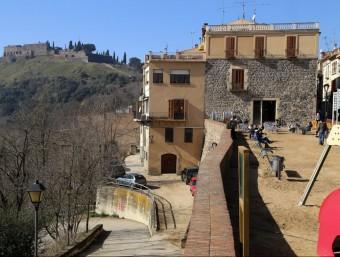 Una imatge de la plaça dels Bous d'Hostalric amb el castell al fons, al febrer Foto:MANEL LLADÓ