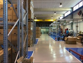 L'interior de la nau que Torrot té a Mataró. A la imatge dos treballadors durant el procés de producció d'una moto. Foto:TORROT