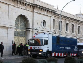 Dispositiu de trasllat de reclusos de la presó de Tarragona a la del Catllar Foto:ACN