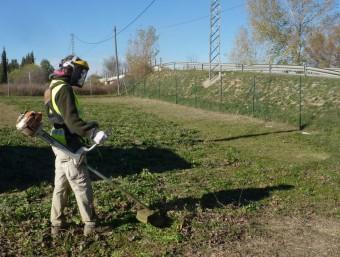 Una de les persones contractades amb el programa de treball i formació, treballant ahir en feines de manteniment de les instal·lacions de l'abocador i deixalleria comarcals. Foto:R. E