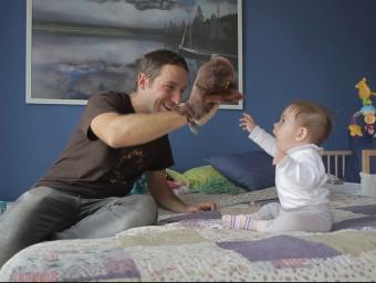 Un pare vigila el seguiment de la mirada del fill Foto:ELPUNTAVUI