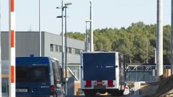 Un dels vehicles fets servir ahir en el trasllat a l'entrada de la nova presó de Mas d'Enric Foto:JOSÉ CARLOS LEÓN