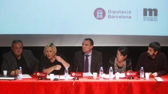 Els periodistes Grau, Navarro Heredia, Borràs, amb l'expert en seguretat Capell al mig, durant la xerrada Foto:ORIOL DURAN