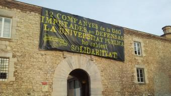 La pancarta en suport dels encausat, a la façana del rectorat de la UdG Foto:J.T.