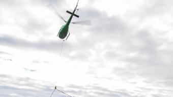L'helicòpter enduent-se una de les torres Foto:ALBERT SALAMÉ