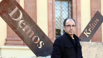Salvador Juanpere, ahir al costat de la seva instal·lació escultòrica Foto:ANDREU PUIG