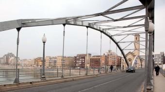 El pont de l'Estat renovarà la calçada, la barana i tindrà carril bici. Foto:JUDIT FERNÀNDEZ/ARXIU
