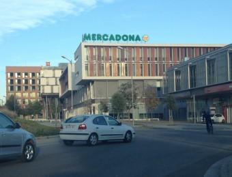En el centre de la imatge, l'edifici d'El Rengle de Mataró, el sobrecost del qual ara investiga Fiscalia Foto:E.FERRAN
