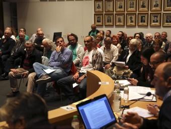 Una imatge del ple del 29 d'octubre de Blanes , en què es va aprovar fer la consulta sobre la C-32. Amb una samarreta blanca i el senyal de 'stop', Jordi Gaitán, de Pinya de Rosa Foto:QUIM PUIG