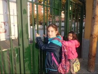 Unes nenes davant de l'escola Sant Cristòfol de Premià de Mar, una de les que podria participar a la jornada