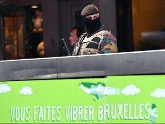 Un soldat patrullant ahir per Brussel·les. Foto:AFP / EMMANUEL DUNAND