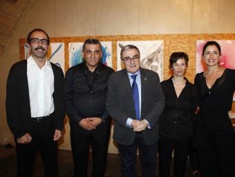 L'alcalde, Àngel Ros, amb els actors i el saxofonista de l'espectacle de Rosa Mesalles 'Dir Pedrolo', que ahir va omplir el Cafè del Teatre Foto:HERMÍNIA SIRVENT (PAERIA)