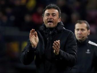Luis Enrique aplaudeix als seus jugadors, ahir contra la Roma Foto:REUTERS