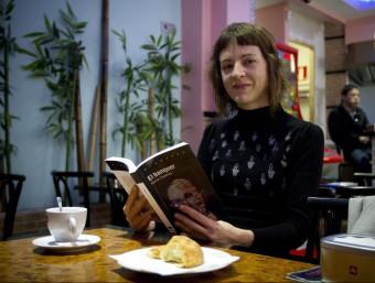 Núria Cadenes a una cafeteria amb una seua novel·la. Foto:ALBERT SALAMÉ