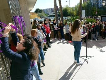 Acte reivindicatiu a les portes de l'Ajuntament de Paiporta. Foto:EL PUNT AVUI