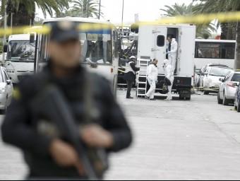 Investigadors de la policia tunisiana inspeccionen l'escenari de l'atemptat, aquest dimecres a Tunis Foto:REUTERS