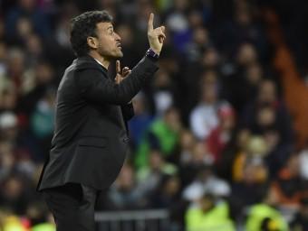 Luis Enrique donant instruccions des de la banda en el darrer partit de lliga al Bernabéu Foto:EFE