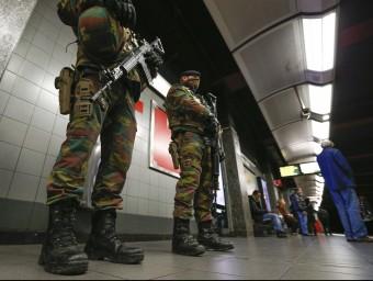 Soldats belgues patrullen les andanes del metro, aquest dimecres a Brussel·les Foto:EFE
