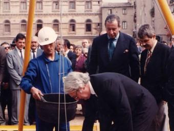 A l'esquerra, els operaris col·loquen l'escultura d'Oteiza a l'exterior del Macba (3 de juliol del 1998). A dalt, la façana del museu, en construcció. Al costat, l'arquitecte Richard Meier . posa la primera .pedra del museu. Darrere, el recentment desaparegut president de la Fundació Macba, Leopold Rodés, i l'aleshores alcalde de Barcelona, Pasqual Maragall Foto:MACBA / LLUÍS CASALS / MACBA