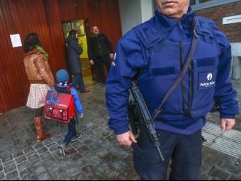 La policia belga, fent guàrdia davant les escoles, reobertes ahir Foto:REUTERS / YVES HERMAN