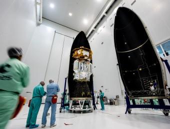 El satèl·lit 'Lisa Pathfinder' va ser encapsulat per tècnics de l'ESA fa uns dies a la punta del coet llançadora 'Vega', que s'enlairarà dimecres vinent Foto:MANUEL PEDOUSSAUT / ESA