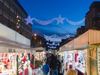 La fira a més d'abastir d'objectes nadalencs, es converteix en punt de trobada i eix d'activitats fins a tocar de Nadal. Foto:ROMUALD GALLOFRÉ