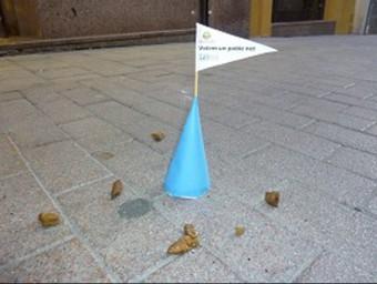 Un con blau amb la bandera al costat dels excrements. Foto:AJUNTAMENT DE L'ARBOÇ