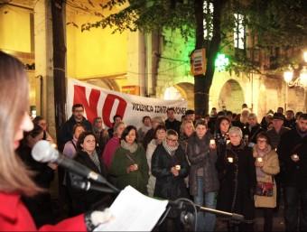 Un moment de l'acte de la Xarxa Dones Girona, ahir al vespre. Al mig, vista de l'acte institucional que es va fer al migdia a la Diputació i, a baix, el d'Olot Foto:J. SABATER