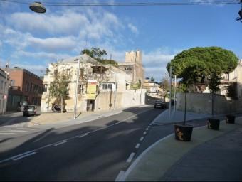 El nou tram de vial obert amb la plaça que es pavimentarà, a l'esquerra, i el carrer d'Anselm Clavé, on també s'actuarà, a la dreta a la imatge. Foto:M.MEMBRIVES