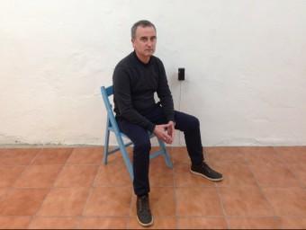 Ortega, amb l'artefacte que crea l'escultura d'ozó, a Fireplace (carrer del Taulat, 42-b) Foto:ARXIU
