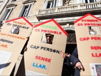 Un moment de la concentració ahir a la plaça Sant Jaume per denunciar la dificultat d'accés a l'habitatge Foto:E. MAGRE