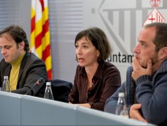 Jaume Asens , Simona Levi i David Fernández a la presentació d'ahir de la bústia Foto:A. SALAMÉ