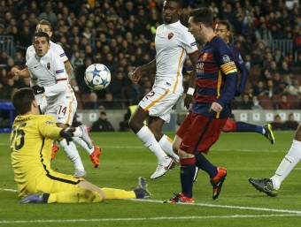 Messi marcant contra la Roma. Foto:REUTERS