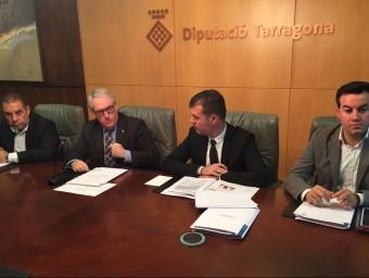 Josep Poblet , (el segon per l'esquerra), en la presentació dels pressupostos per al 2016, ahir al matí Foto:EL PUNT AVUI