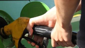 El preu de la gasolina ha evitat un major descens Foto:ACN