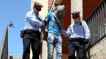 Els mossos custodiant un dels detinguts pels assalts violents al Baix Empordà Foto:X. PI / ACN