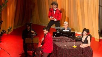 L'intèrpret Toni Viñals canta les postres en l'escena 'Restaurant Carmen' de '4Carmen' , en l'actuació d'estrena l Festival de Peralada d'aquest estiu. divndres i dissabte van repescar-ho al Santa Mòmica de Barcelona. Foto:JOAN CASTRO
