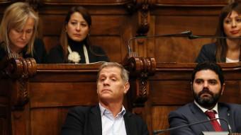 Alberto Fernández Díaz , al costat del regidor de Ciutadans Paco Sierra, en una moment de la sessió Foto:ANDREU PUIG