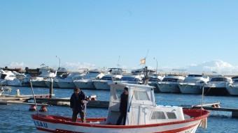 Dos pescadors de Salou es disposen a sortir a pescar en una nova jornada de la Festa del Calamar, tot esperant que el vent no els faci la guitza Foto:BRIGITTE URZAIZ