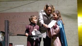 Uns petits Tyrion Lannister i Sansa Stark, amb l'alcaldessa de Canet de Mar, Blanca Arbell. Foto:N. FORNS
