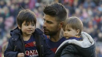 Al futbol, en família. Piqué va portar els seus fills Milan i Sasha a veure el duel contra la Real Sociedad, una estampa força habitual Foto:REUTERS