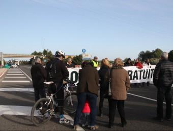 Els participants en el tall de carretera que va tenir lloc ahir a primera hora de la tarda a l'Ametlla de Mar Foto:ACN